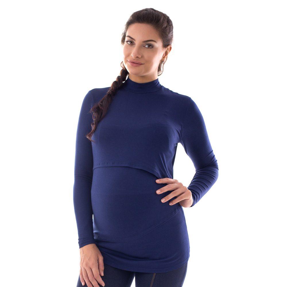 A modelo está de frente, usando uma blusa para amamentar com gola alta, na cor azul marinho.