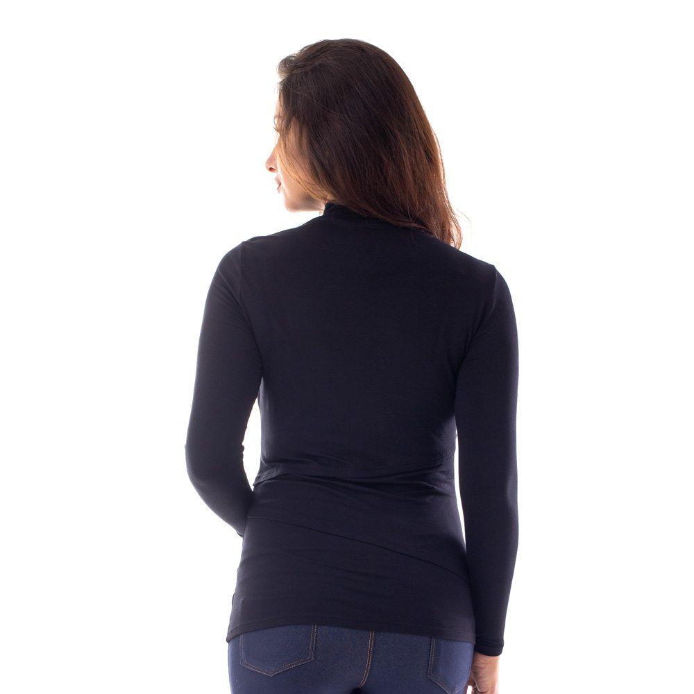 A modelo está de costas mostrando a parte de trás de uma blusa para amamentar gola alta preta.