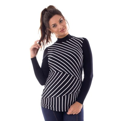 A modelo está de frente, usando uma blusa para amamentar listrada, na cor preta.