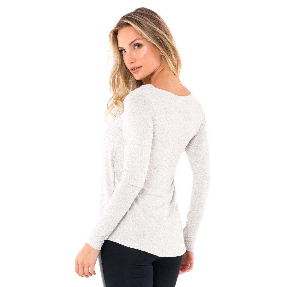 Parte de trás da blusa para amamentar com gola ampla na cor mescla, vestida por uma modelo que está de costas.