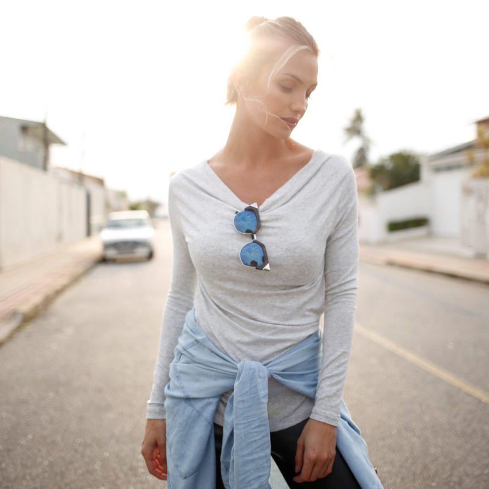 Blusa para amamentar básica na cor mescla, em destaque na rua.