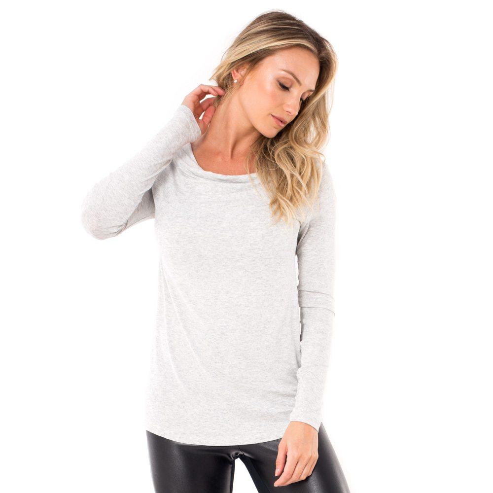 Blusa para amamentar com gola ampla na cor mescla, vestida por uma modelo que está de frente.