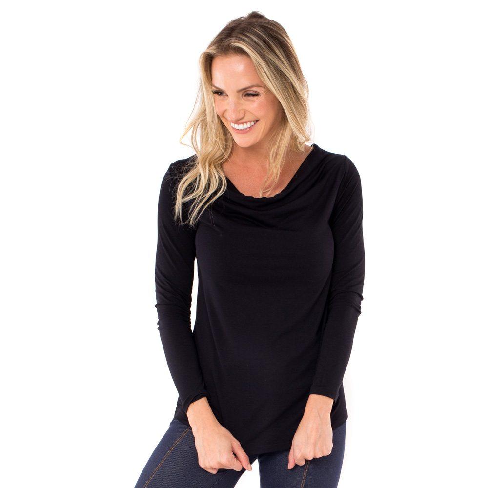 Blusa para amamentar básica na cor preta, vestida por uma modelo que está de frente.