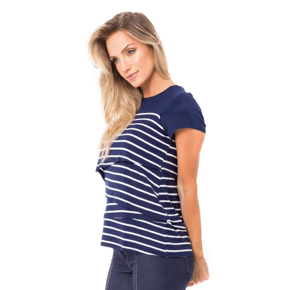 Blusa para amamentar listrada feita em malha. A modelo está de lado mostrando a lateral da blusa.