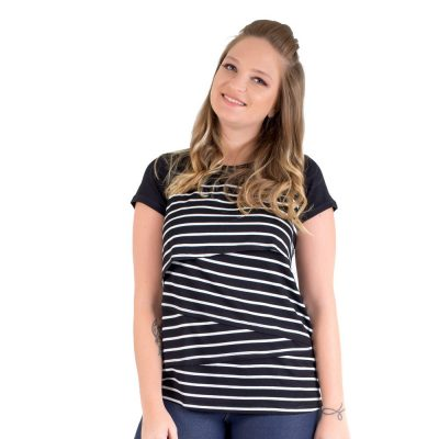 Parte da frente da blusa para amamentar listrada preta. É uma blusa feita em malha de alta qualidade.