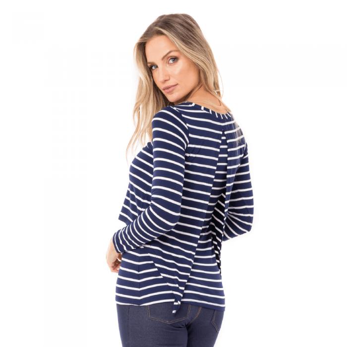 Blusa para amamentar listrada feita em malha. A modelo está de costas mostrando a parte de trás da blusa.