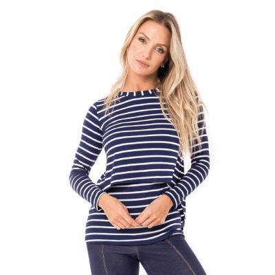 Blusa para amamentar listrada feita em malha. A parte da frente da blusa tem uma sobreposição que facilita a amamentação.