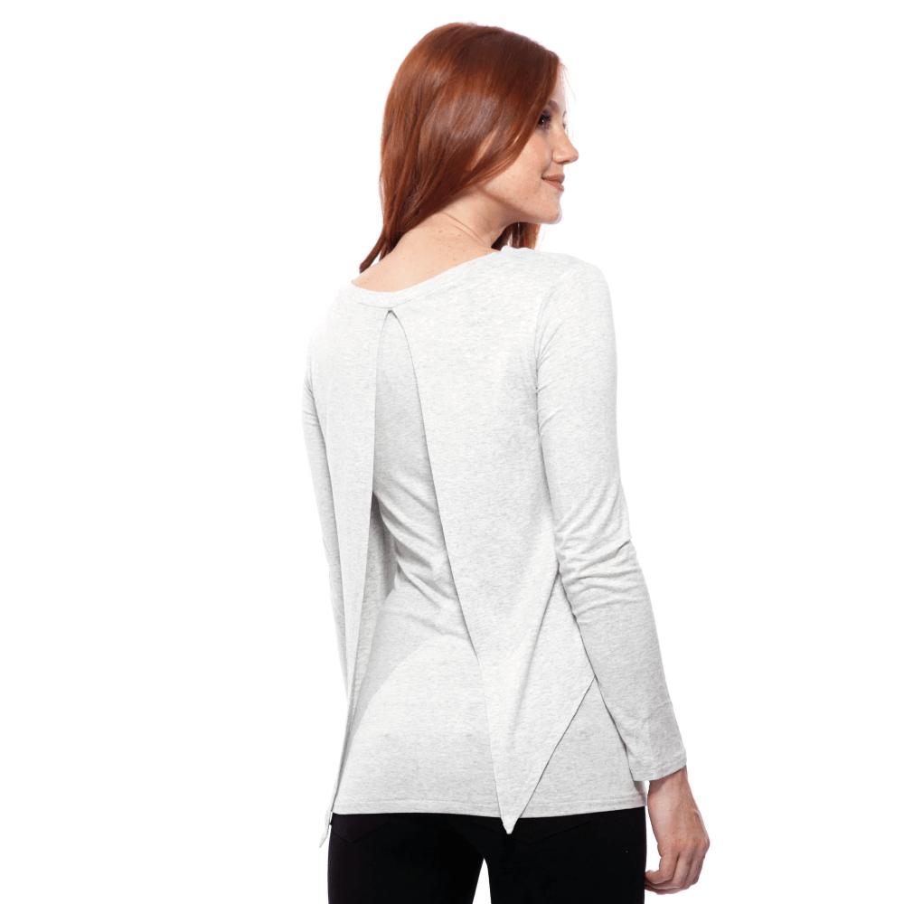 Parte de trás da blusa para amamentar com sobreposição na cor mescla, vestida por uma modelo que está de costas.