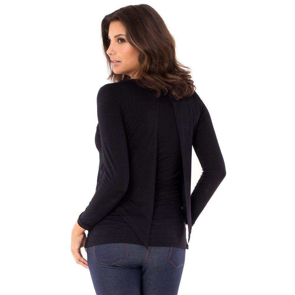 A modelo está de costas e veste blusa para amamentar preta. A blusa possui sobreposição para facilitar a amamentação.