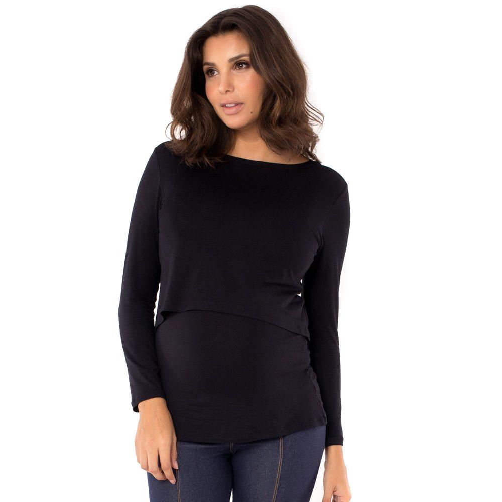 A modelo está de frente e veste blusa para amamentar preta. A blusa possui sobreposição para facilitar a amamentação.