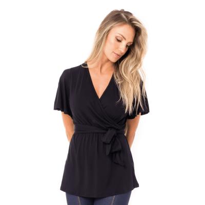 A modelo está de frente, usando uma blusa para amamentar com decote V, na cor preta.