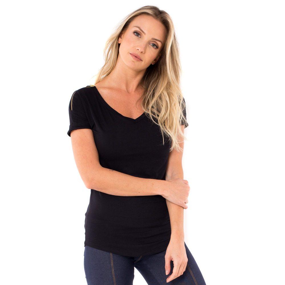 A modelo está de frente e veste blusa para amamentar preta. A blusa possui ziper nos ombros para facilitar a amamentação.