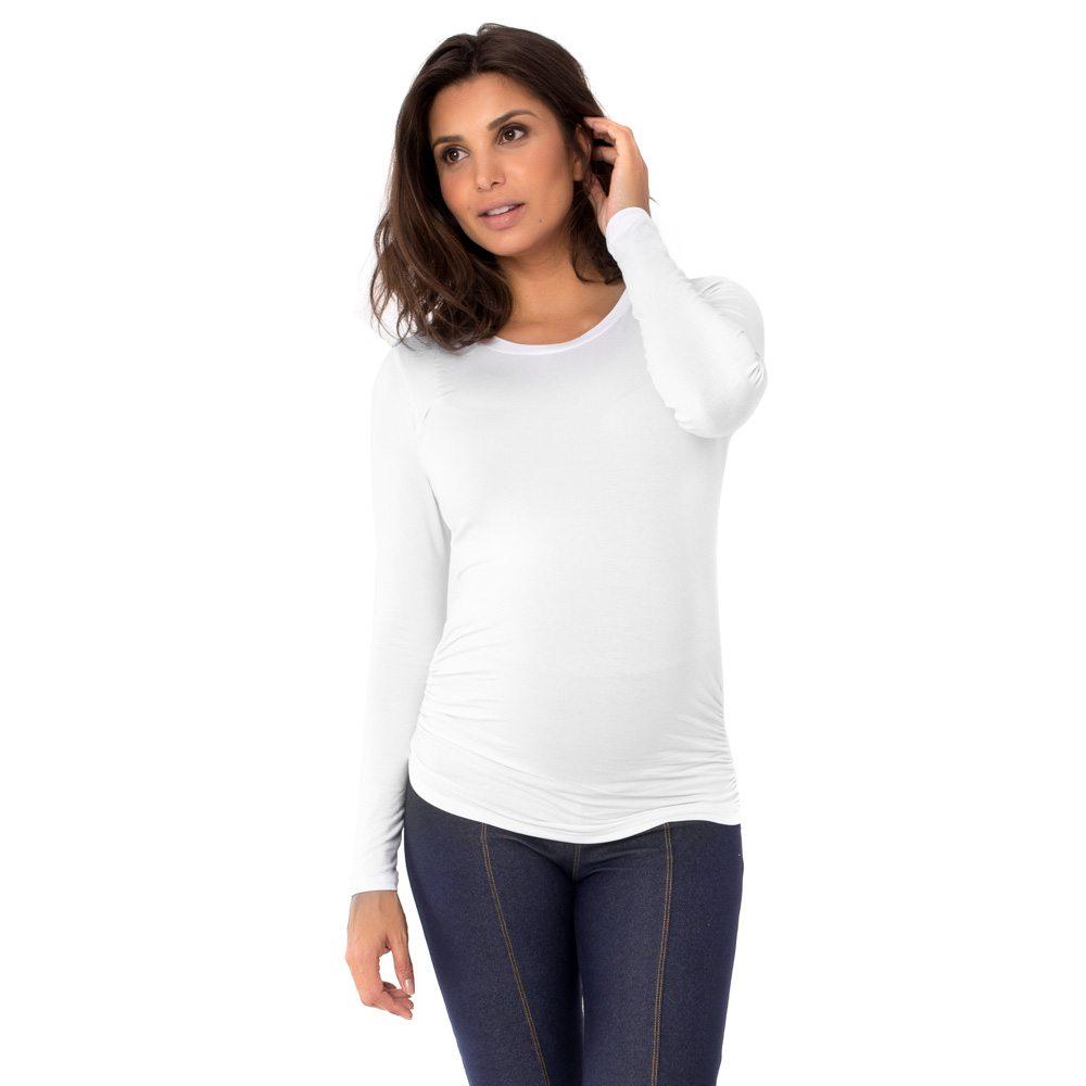 Blusa para grávidas branca com manga longa e drapeado lateral, vestida por uma modelo que está de frente.