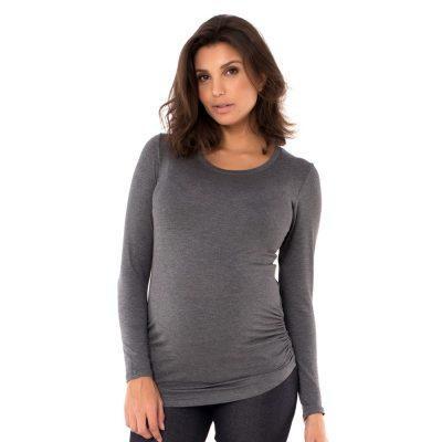 Blusa para grávidas com manga longa e drapeado lateral na cor mescla, vestida por uma modelo que está de frente.