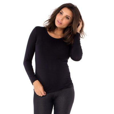 Blusa para grávidas com manga longa e drapeado lateral na cor preta, vestida por uma modelo que está de frente.