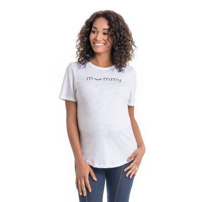 Camiseta para grávidas branca com estampa, vestida por uma modelo que está de frente.