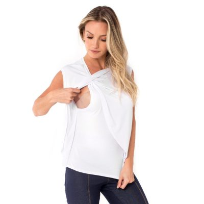 Detalhe de como amamentar com a blusa para amamentar branca com sobreposição transpassada e arredondada.
