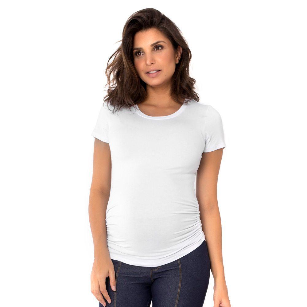 Blusa para grávidas branca com manga curta e drapeado lateral, vestida por uma modelo que está de frente.