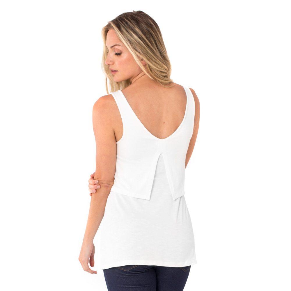 A modelo mostra a parte de trás blusa para amamentar branca. A blusa possui sobreposição para facilitar a amamentação.