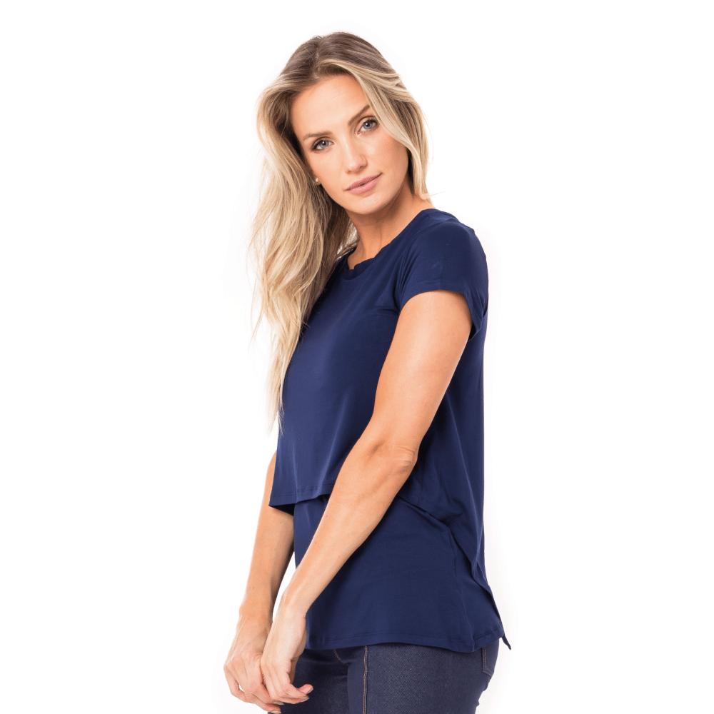 Parte lateral da blusa para amamentar na cor azul marinho. A blusa possui sobreposição para facilitar a amamentação.