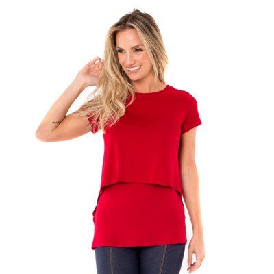 Blusa para amamentar vermelha. A parte da frente da blusa tem uma sobreposição que facilita a amamentação.