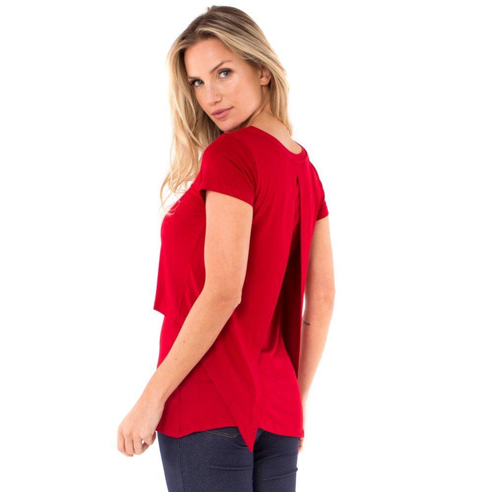 Blusa para amamentar vermelha. A modelo está de costas mostrando a parte de trás da blusa.