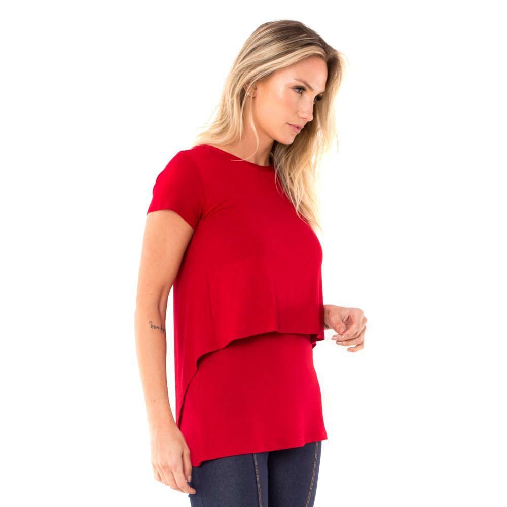 Blusa para amamentar vermelha. A modelo está de lado mostrando a lateral da blusa.