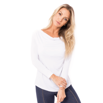 Blusa para amamentar branca com gola boba, vestida por uma modelo que está de frente.