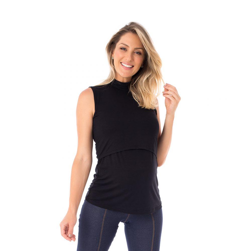 A modelo mostra a frente da blusa para amamentar preta. A blusa possui sobreposição para facilitar a amamentação.
