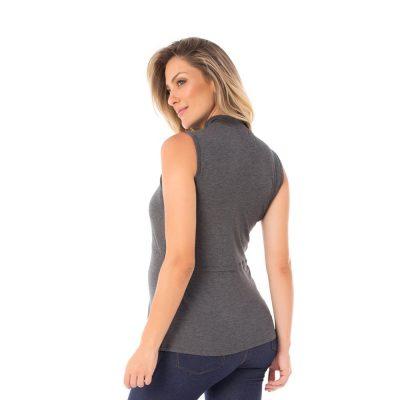 A modelo mostra a parte de trás blusa para amamentar mescla. A blusa possui sobreposição para facilitar a amamentação.