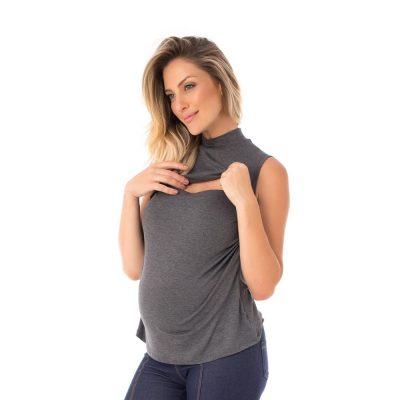 A modelo mostra o detalhe da blusa para amamentar mescla. A blusa possui sobreposição para facilitar a amamentação.