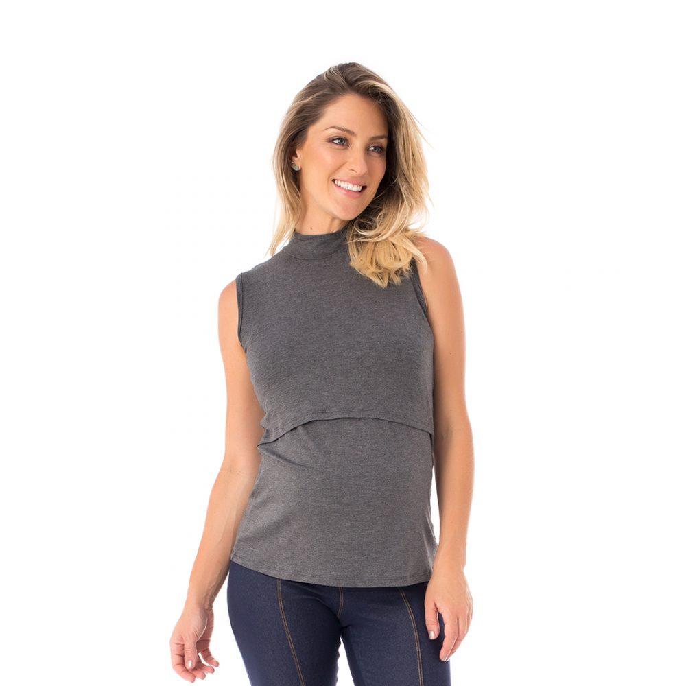 A modelo mostra a frente da blusa para amamentar mescla. A blusa possui sobreposição para facilitar a amamentação.
