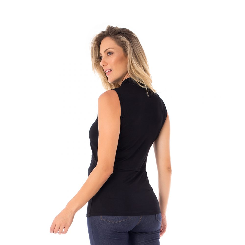A modelo mostra a parte de trás blusa para amamentar preta. A blusa possui sobreposição para facilitar a amamentação.