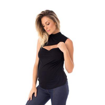 A modelo mostra o detalhe da blusa para amamentar preta. A blusa possui sobreposição para facilitar a amamentação.