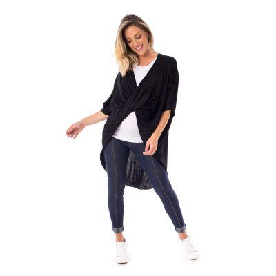 A modelo mostra a parte lateral da blusa para amamentar preta. A blusa possui a parte de trás mais alongada.