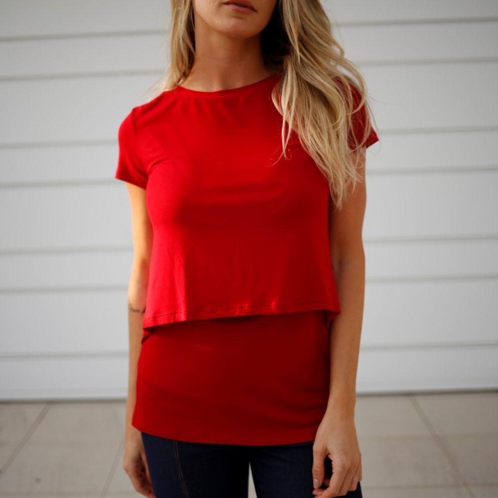 Blusa para amamentar vermelha. A blusa está em destaque sem nenhuma modelo vestindo-a.