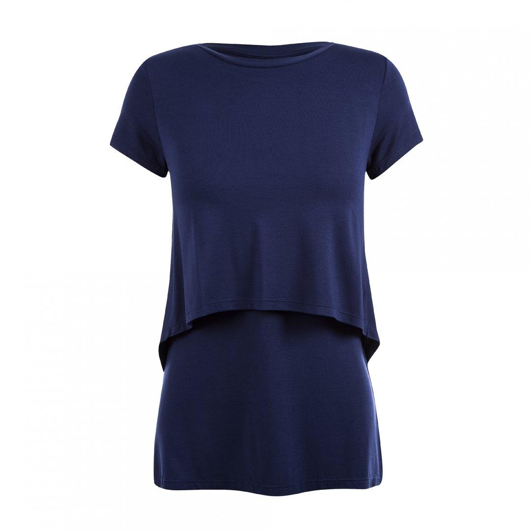 Still da blusa para amamentar na cor azul marinho. A blusa possui sobreposição para facilitar a amamentação.