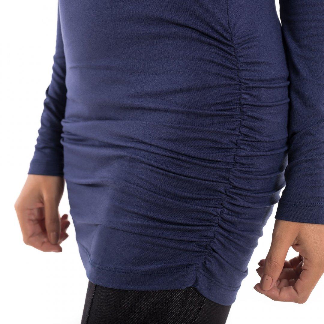 Detalhe de como a blusa para grávidas com decote ombro a ombro e drapeados nas laterais na cor marinho, vai acompanhar toda a gestação.