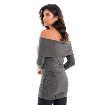 Parte de trás da blusa para grávidas com decote ombro a ombro e drapeados nas laterais na cor cinza, vestida por uma modelo que está de costas.