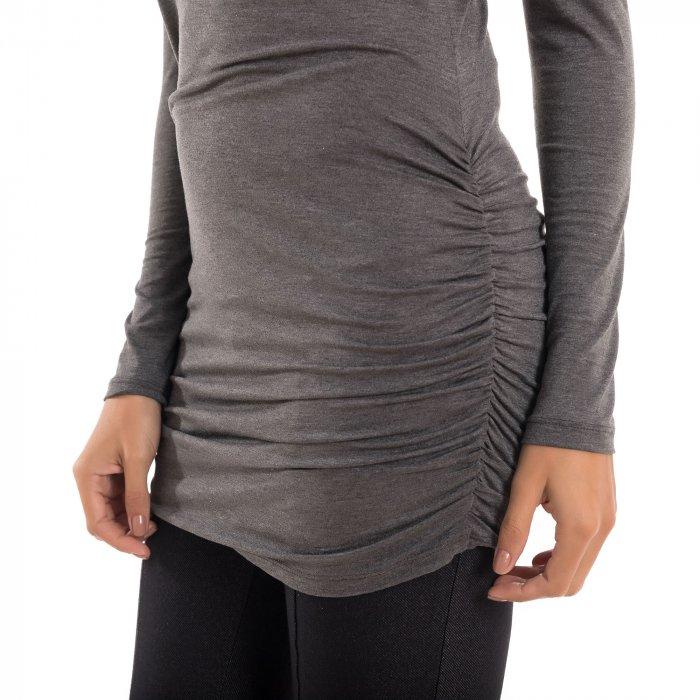Detalhe de como a blusa para grávidas com decote ombro a ombro e drapeados nas laterais na cor cinza, vai acompanhar toda a gestação.
