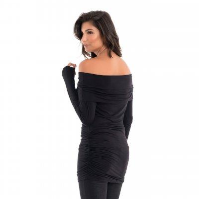 Parte de trás da blusa para grávidas com decote ombro a ombro e drapeados nas laterais na cor preta, vestida por uma modelo que está de costas.