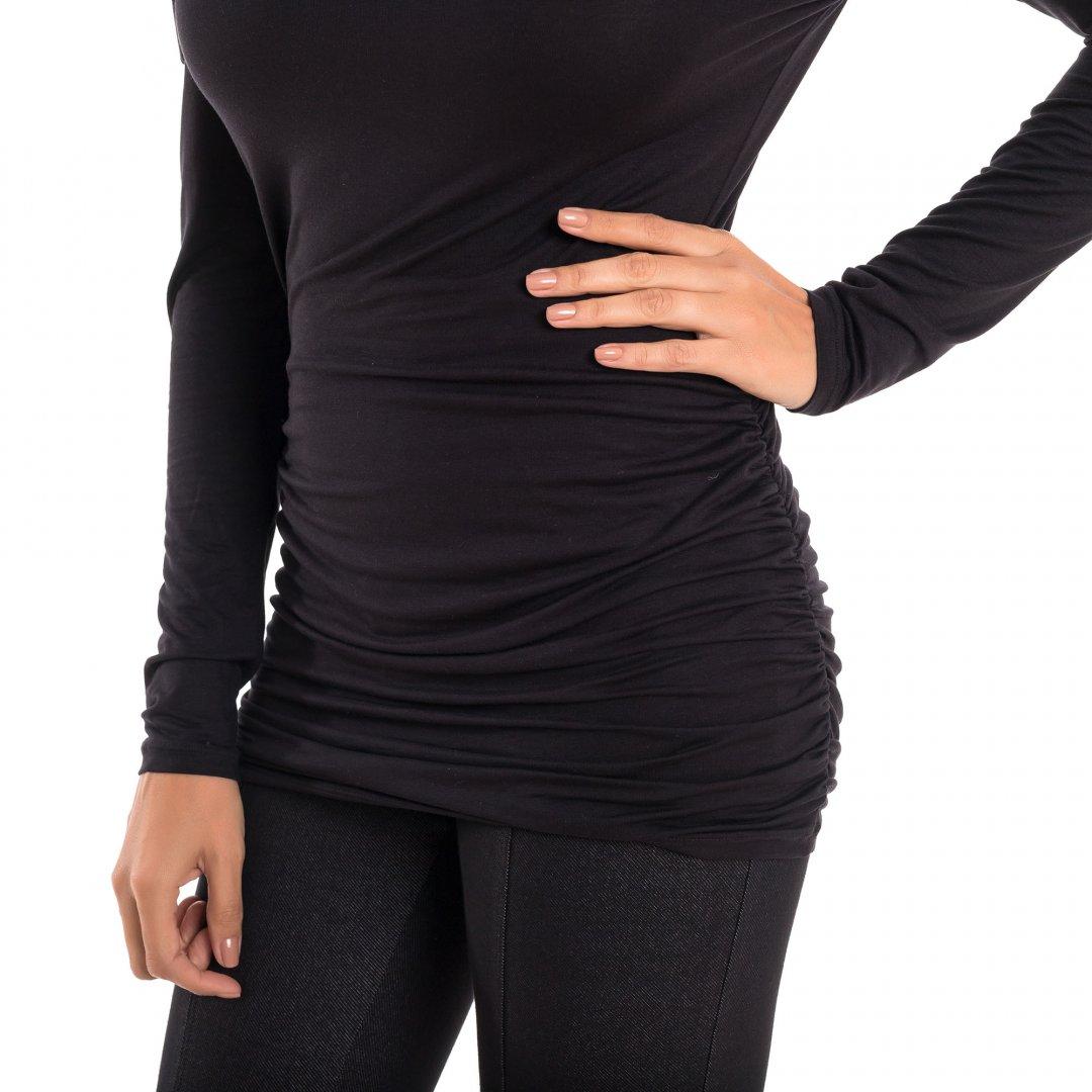 Detalhe de como a blusa para grávidas com decote ombro a ombro e drapeados nas laterais na cor preta, vai acompanhar toda a gestação.