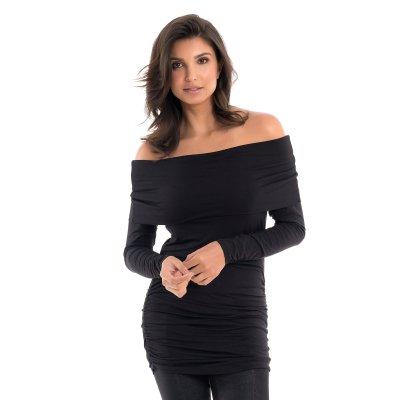 Blusa para grávidas com decote ombro a ombro e drapeados nas laterais na cor preta, vestida por uma modelo que está de frente.