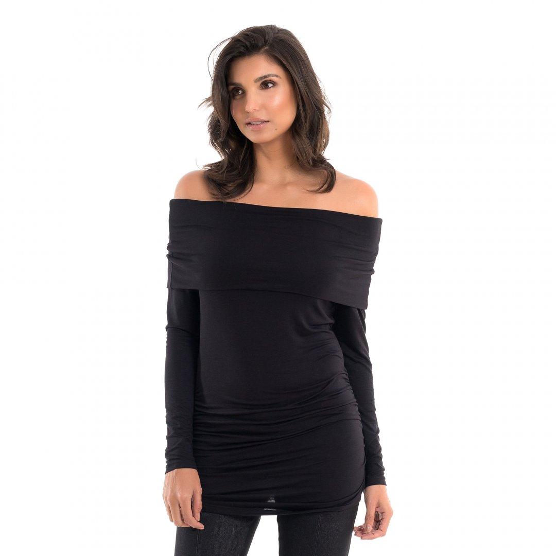 Parte lateral da blusa para grávidas com decote ombro a ombro e drapeados nas laterais na cor preta, vestida por uma modelo que está de lado.