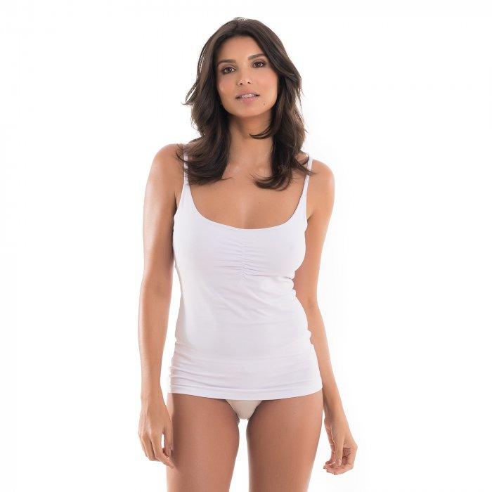 Regata para amamentar branca, vestida por uma modelo que está de frente.