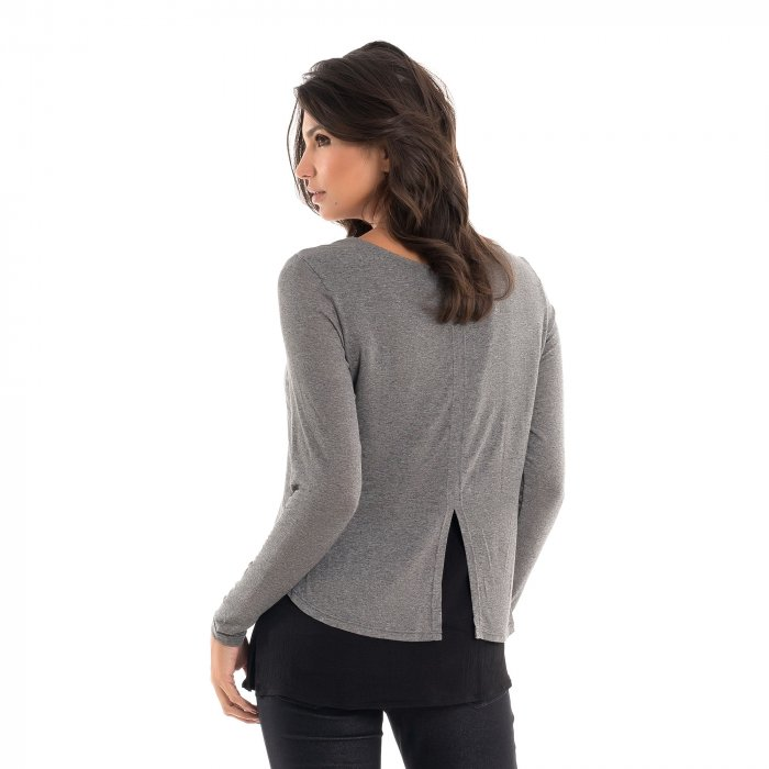 Parte de trás da blusa para amamentar com mix de texturas e sobreposição mescla, vestida por uma modelo que está de costas.