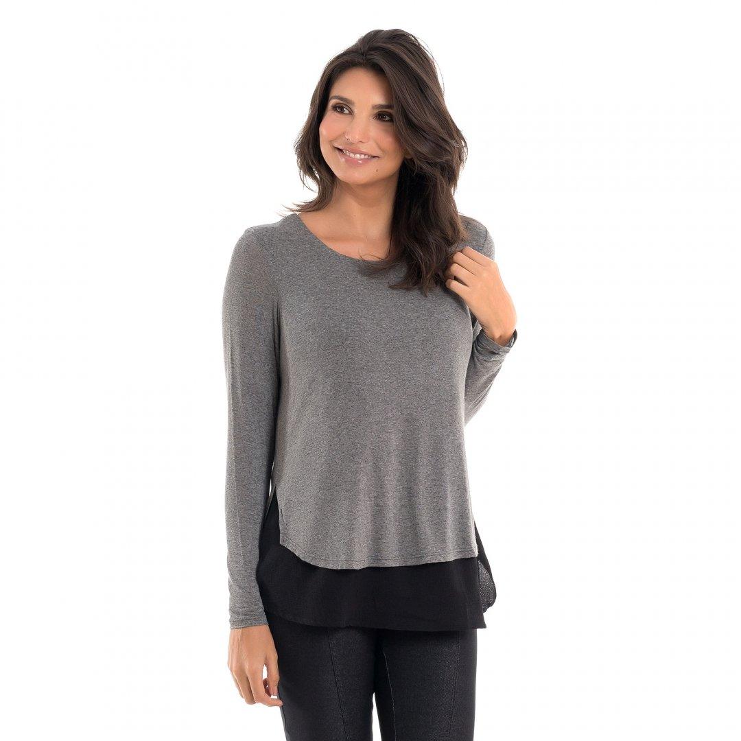 Parte lateral da blusa para amamentar com mix de texturas e sobreposição mescla, vestida por uma modelo que está de lado.