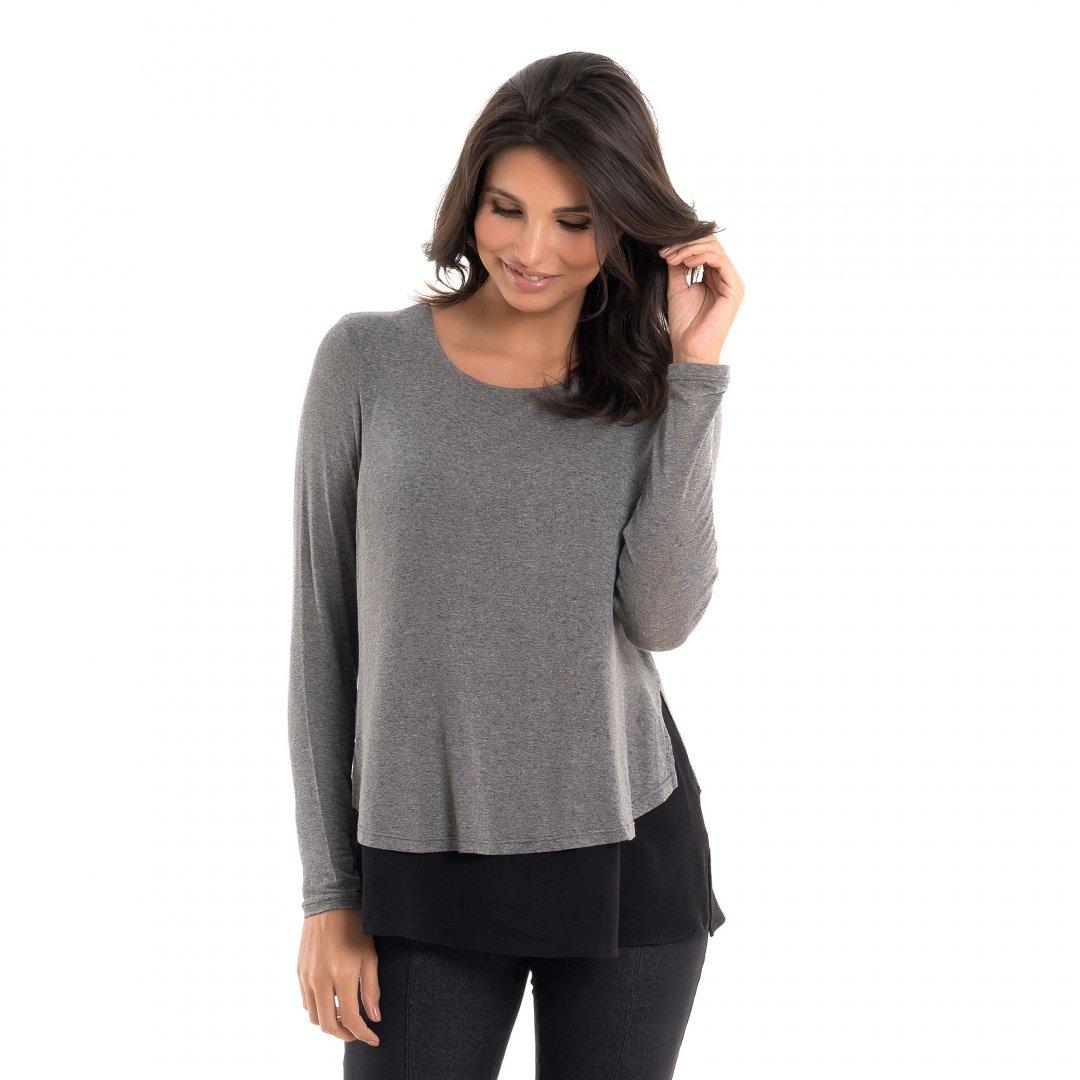 Blusa para amamentar com mix de texturas e sobreposição mescla, vestida por uma modelo que está de frente.