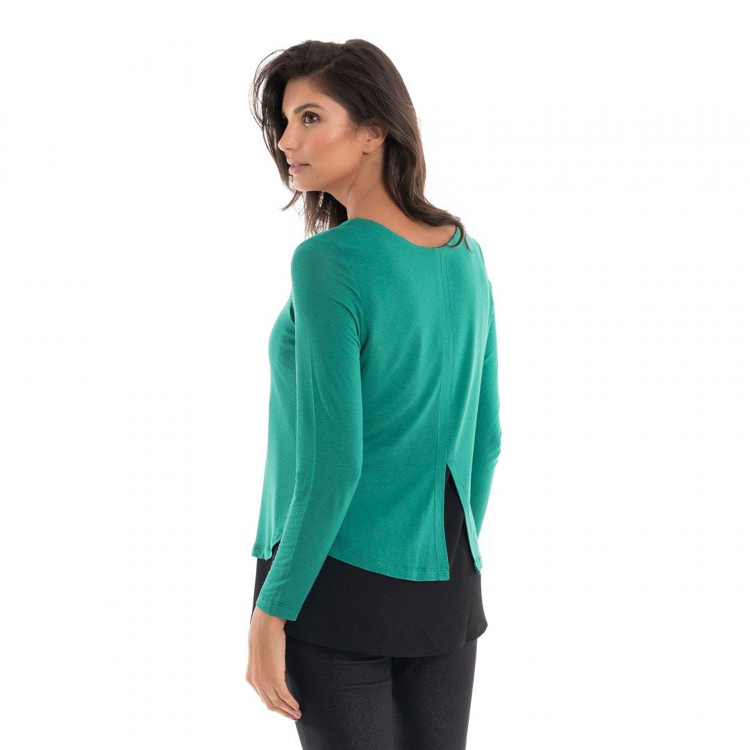 Parte de trás da blusa para amamentar com mix de texturas e sobreposição na cor verde, vestida por uma modelo que está de costas.
