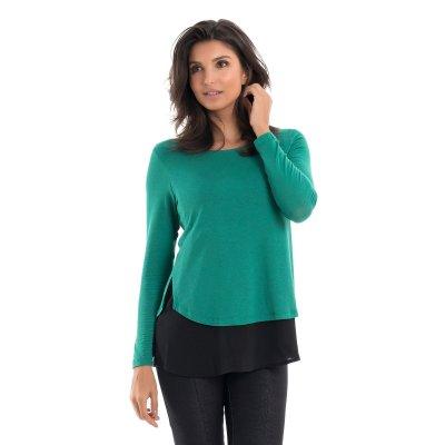 Parte lateral da blusa para amamentar com mix de texturas e sobreposição na cor verde, vestida por uma modelo que está de lado.